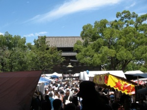 The Toji Flea Market, packed with Silver Week vacationers.