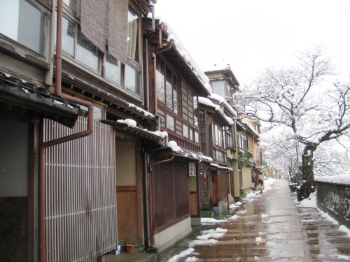 Photo of Kazuemachi tea district, Kanazawa, in the snow