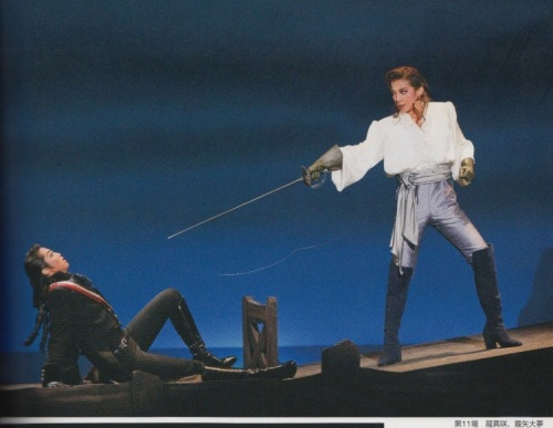 Kiriya Hiromu as Sir Percy Blakeny and Ryuu Asami as Chauvelin in the 2010 production of The Scarlet Pimpernel. Le Cinq, vol. 117.