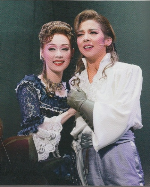 Kiriya Hiromu as Sir Percy Blakeney and  Aono Yuki as Lady Marguerite Blakeney in the 2010 production of The Scarlet Pimpernel. Le Cinq, vol. 117.